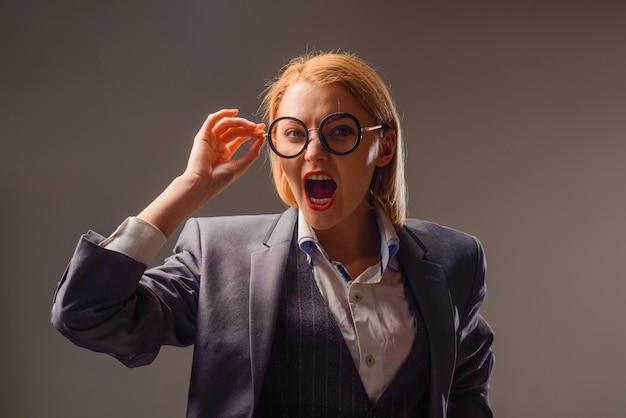 Krzycząca nauczycielka z powrotem do szkoły wrzesień nauczycielka w okularach koncepcja edukacji szkoła