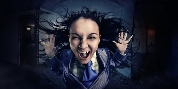 Krzycząca, szalona, zirytowana kobieta biznesu