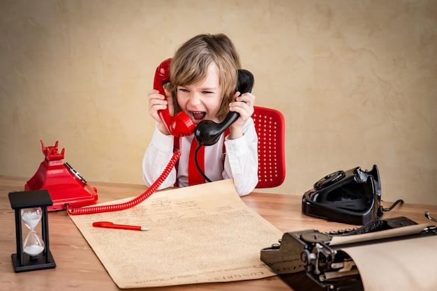 Krzyczący biznesmen dziecko z retro telefonem. koncepcja biznesowa komunikacji sukcesu