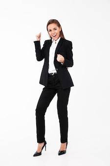 Krzyczący bizneswoman robi zwycięzcy gestowi