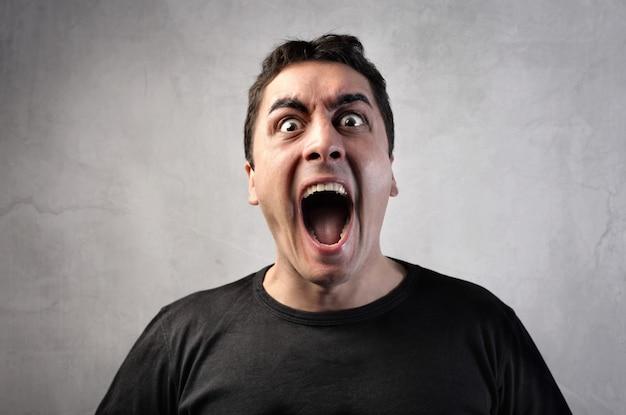 Krzyczący krzyczący mężczyzna