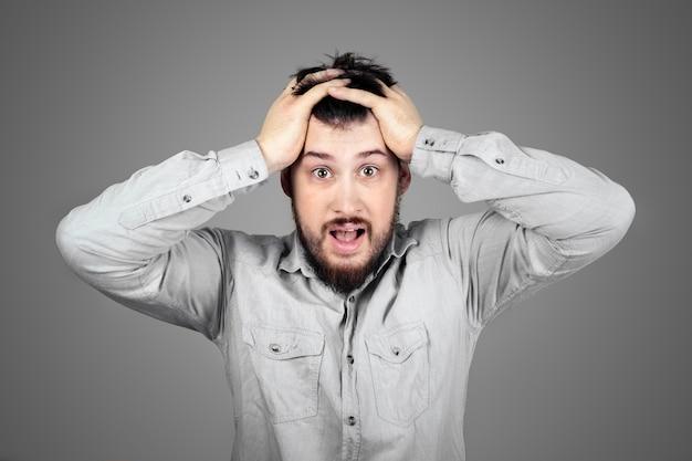 Krzyczący sfrustrowany facet rwący sobie włosy. koncepcja problemów. człowiek z problemami w pracy.