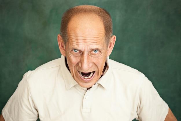 Krzyczący starszy mężczyzna