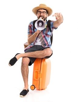 Krzyczący turysta megafonem