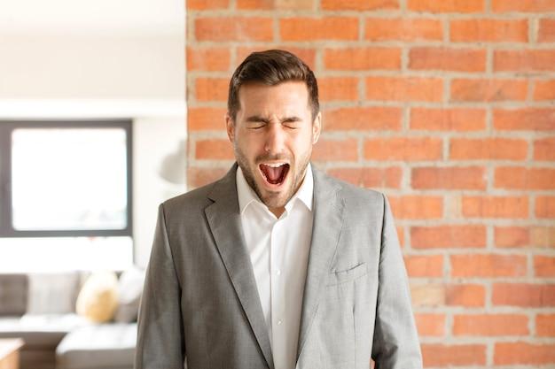 Krzyczeć agresywnie, wyglądać na bardzo rozgniewanego, sfrustrowanego, oburzonego lub zirytowanego, krzyczeć nie