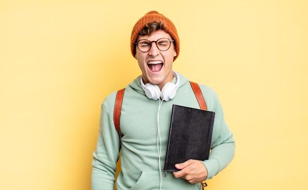 """Krzyczeć agresywnie, wyglądać na bardzo rozzłoszczonego, sfrustrowanego, oburzonego lub zirytowanego, krzyczącego """"nie"""". koncepcja studenta"""
