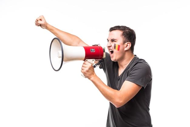 Krzyk na megafon kibic belgii w grze wspieranie reprezentacji belgii na białym tle. koncepcja fanów piłki nożnej.