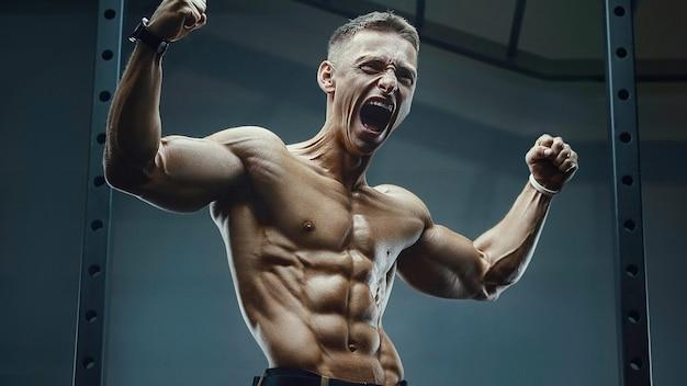 Krzyk wściekłości. energiczny kaukaski silny atleta krzyczy na siłowni podczas treningu mięśni brzucha. koncepcja fitness, kulturystyka i opieki zdrowotnej
