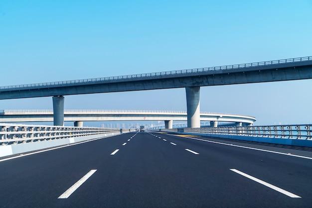 Krzywa betonowej drogi wiaduktu w szanghaju chiny na zewnątrz