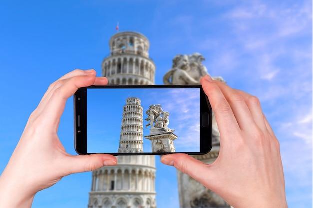 Krzywa wieża w pizie, toskania, włochy. zdjęcie zrobione telefonem