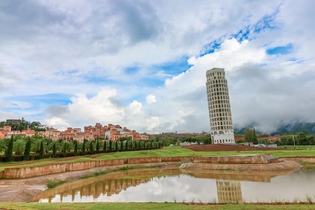 Krzywa wieża w pizie w dolinie toscana tematu miasta włochy styl