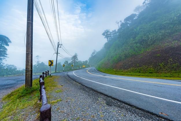 Krzywa znaki drogowe na wzgórzu