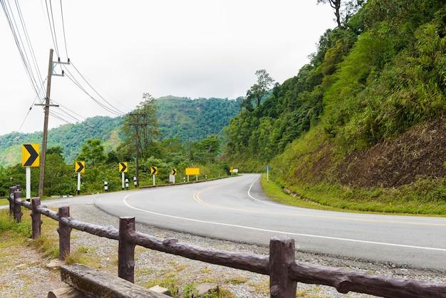 Krzywa znaki drogowe w dół wzgórza