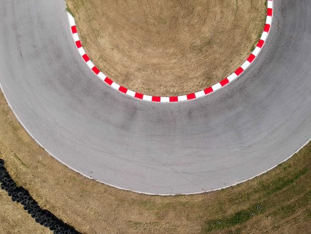 Krzywe na torze wyścigowym kartingowym, tło widok z lotu ptaka.