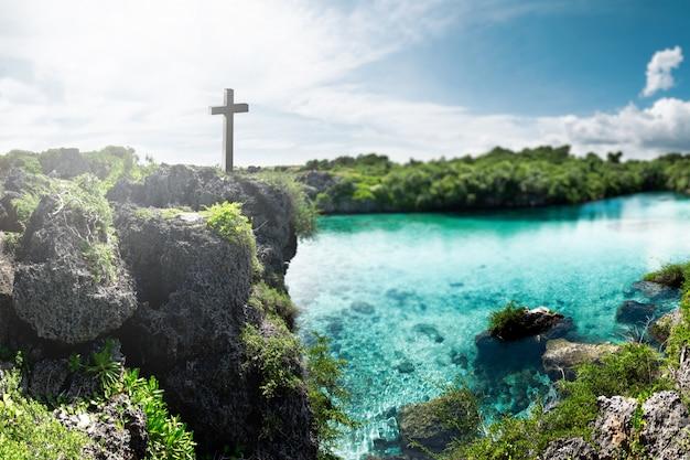 Krzyż chrześcijański na skraju urwiska