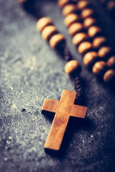 Krzyż i różaniec na kamiennym tle