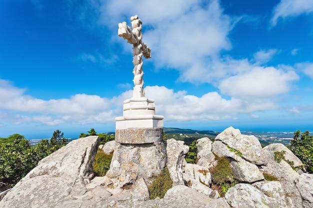 Krzyż na szczycie wzgórza w pobliżu pałacu narodowego pena, sintra, portugalia