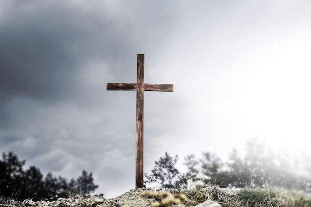 Krzyż na wzgórzu. pusty krzyż na tle nieba. prawdziwa wielkanoc. nadzieja w bogu