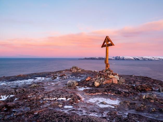 Krzyż poklonny pomorsky na wzgórzu półwyspu kolskiego. stara rosyjska północna tradycja połowowa. rosja.