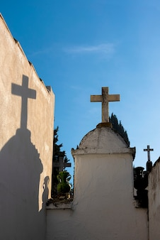 Krzyże na chrześcijańskim cmentarzu