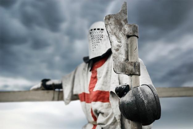 Krzyżowiec w zbroi trzymający topór