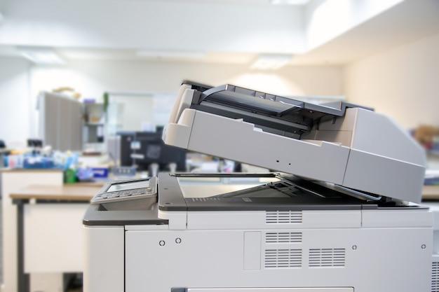 Kserokopiarka lub drukarka sieciowa to narzędzie pracownika biurowego.