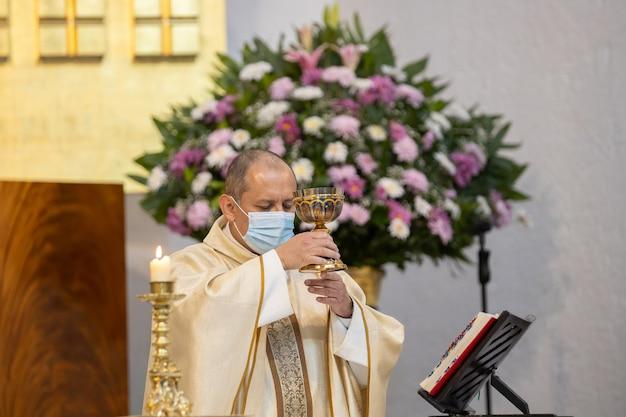 Ksiądz celebruje ceremonię podczas pandemii koronawirusa w meksyku