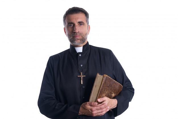 Ksiądz portret z świętą biblią w rękach