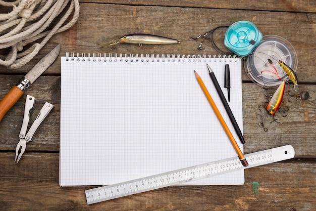 Książka do pisania z akcesoriami wędkarskimi i narzędziami do projektowania na desce