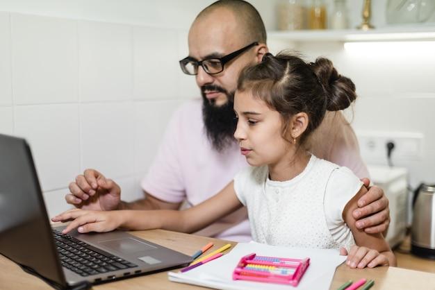 Książka, dziecko, dzieciństwo, koncentracja, content home, tata, córka, rysunek, edukacja, ekspresyjny, rodzina, rodzina razem, ojciec, ojciec szuka, ojcostwo, dziewczyna, szczęśliwy, szczęśliwy singiel, pomoc, dom,