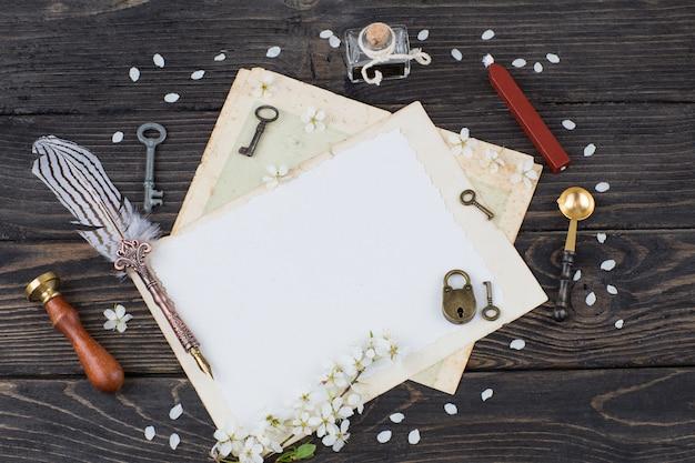 Książka, kałamarz, długopis, papier, klucze, zamek, pieczęć, pieczęć, wosk - przedmioty do pisania