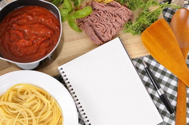 Książka kucharska z składnikami dla spaghetti bolognese