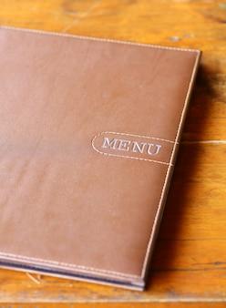 Książka menu na stole z drewna