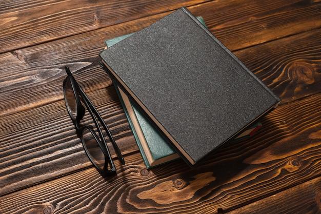 Książka na drewnianym stole. widok z góry