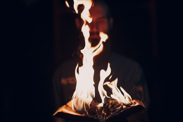 Książka płonie w płomieniach