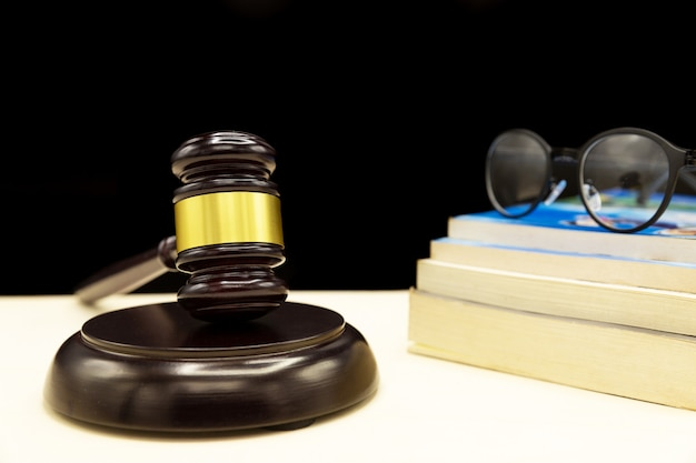 Książka prawnicza z młotkiem - prawo dotyczące przemocy domowej
