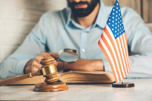 Książka strony człowieka i sędzia na biurku