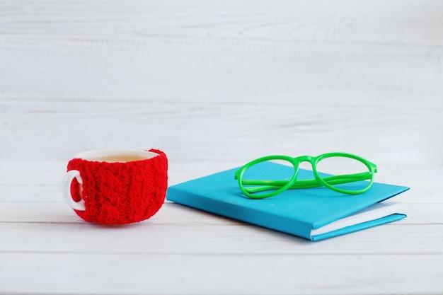 Książka, szklanki i filiżanka herbaty. koncepcja