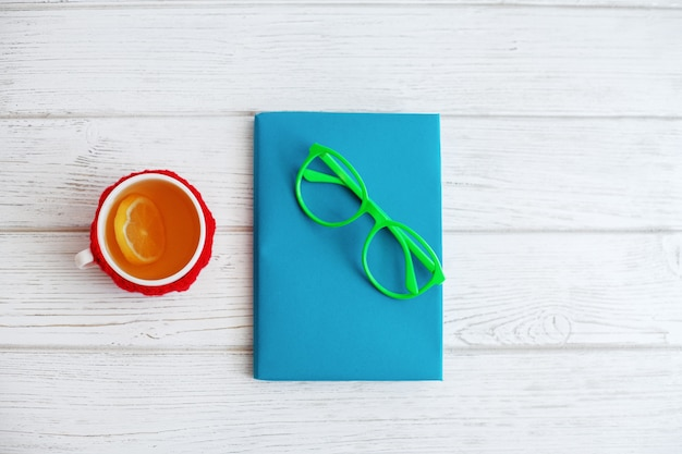Książka, szklanki i filiżanka herbaty