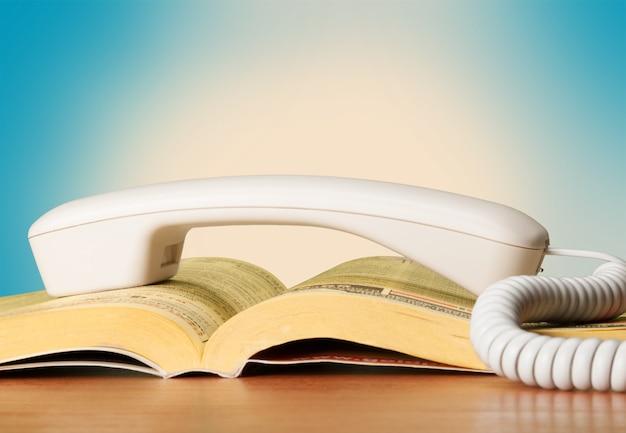 Książka telefoniczna i uchwyt telefonu, widok zbliżenia