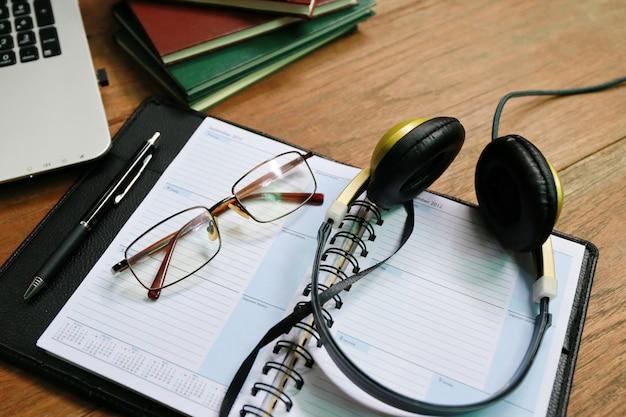 Książka telefoniczna laptopa na drewnianym stole