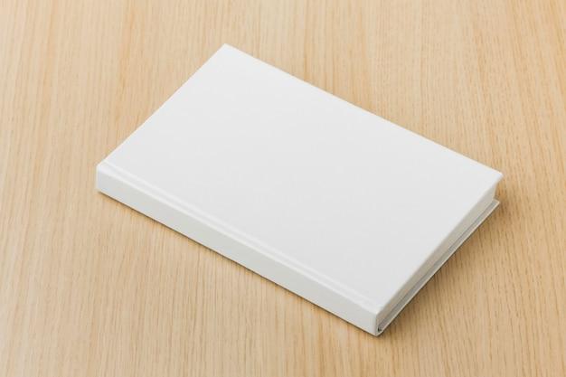 Książka widok z góry na stole