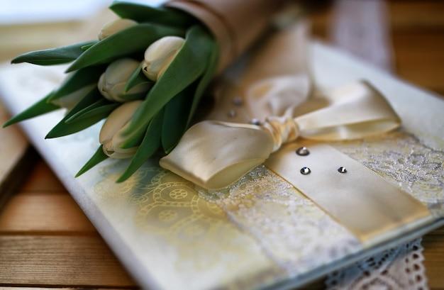 Książka z białej koronki tulipanów