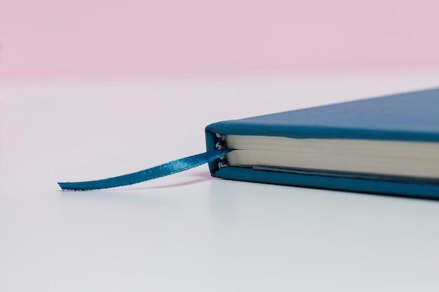 Książka z bliska z różowym tłem