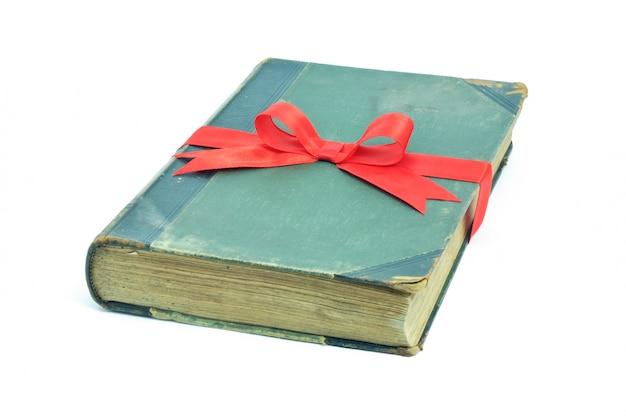Książka z faborkiem odizolowywającym na białym tle