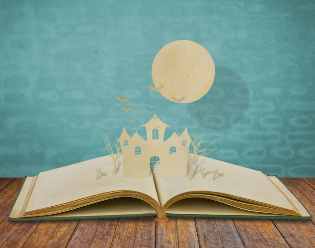 Książka z wycięciem i słońce na górze papieru