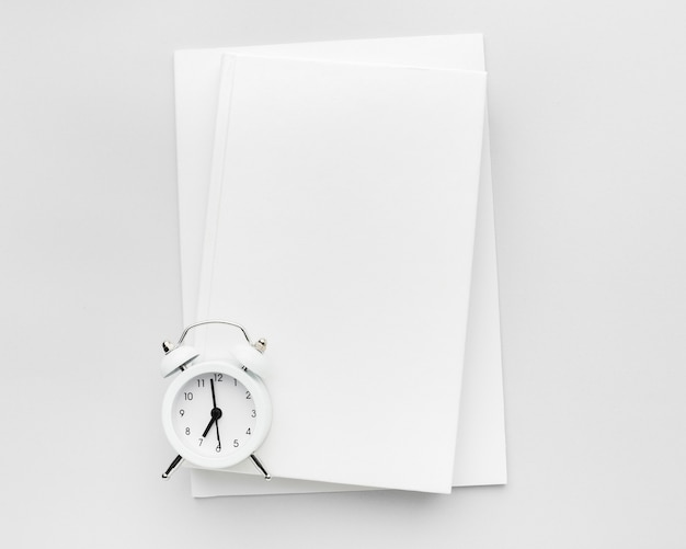 Książka z zegarem na stole