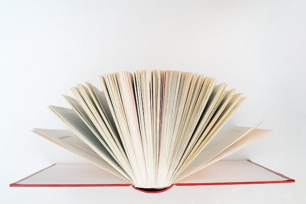Książka została otwarta. duża otwarta książka. strony nowej książki. szkolenie i edukacja na stronach książek.