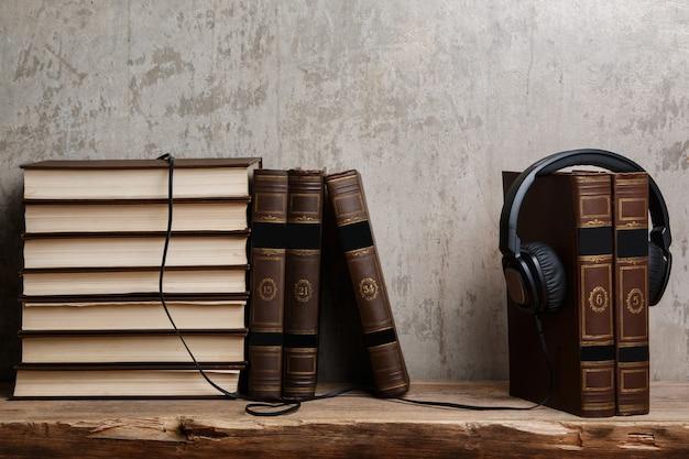 Książki audio, słuchawki na stosie książek