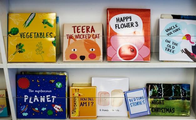 Książki dla dzieci w bibliotece szkoły podstawowej